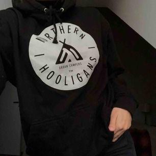 Cool hoodie från Northen Hooligans. Storlek XS, men herrmodell så ca S. Nypris 800kr!  Fraktar eller möter upp 😁