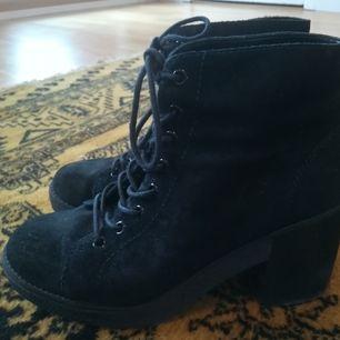 Ett par ankelhöga boots från Topshop, storlek 40. Fint skick !! 100:-