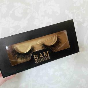 """Helt nya oöppnade fransar från BAM i modellen """"QUEEN"""". Nypris: 200+ frakt. Ser ut som fransförlängning på🥰 Kan användas upp till 25+ gånger!"""