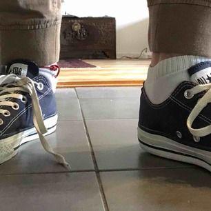 Säljer mina (äkta) Converse! De har blivit lite för små för mig och kommer aldrig till användning. All stars har gått bort lite där bak men inget som syns mycket. Kan mötas i malmö/lund annars frakta mot fraktkostnad!❤️☺️