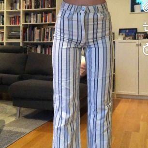 Snygga randiga jeans från hm med vida ben! Bra skick :)