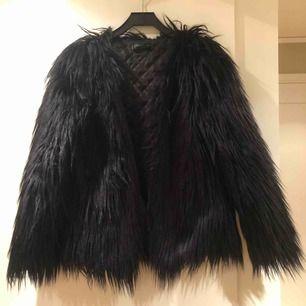 En svart pälsjacka i bra skick från Fashionable. Perfekt till våren. Köparen står för frakt.