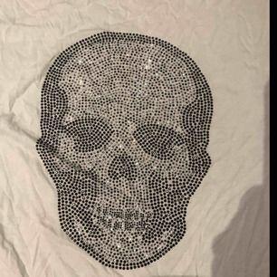 Jätte snygg och cool döskalle t shirt, ingen aning vart den är ifrån tyvärr, liknar en Zadig tröja!