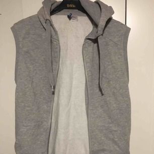 Ärmlös hoodie betalning sker via swish och köpare står för ev frakt