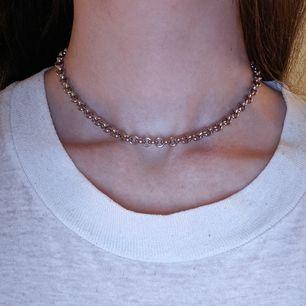 Najs kedja!  Halsbandet är mellan 34,5-40 cm långt beroende på vad man gillar, på bilden har jag på det kortaste. Frakt 11 kr