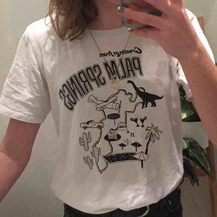 En t-shirt från gina tricot som jag bara har använt någon gång, säljer den för inte riktigt min stil längre. Skriv gärna om du undrar något😇