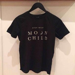 En svart t-shirt från Gina tricot. Det är mycket fint skick, har bara använt en gång✨Det är bara att kontakta mig vid intresse eller om du undrar något! Kolla gärna in min profil för där säljer jag en till t-shirt från gina tricot.