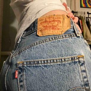 Blåa Levis jeans fett snygga! Jätte bra skick! Storleken skulle jag säga är S/M , jag är 165cm lång och dom går ända ner över hela foten 💕 skriv om intresserad