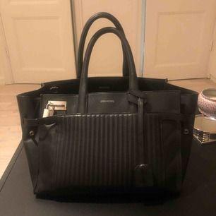 Säljer handväska från Zadig & Voltaire, storlek M.  Först till kvarn!