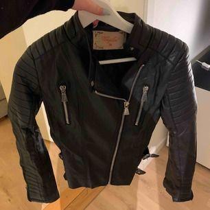 Finaste skinn jackan från Chiquelle. Ny i skicket bara lite skrynklig pga legat i garderoben. Kostar 600 så säljer för halva priset.