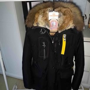 Säljer en äkta Parajumpers Kodiak storlek XS. Jacken är otroligt välbehållen och pälsen är otroligt fluffig och fin! Kvitto samt jackans etiketter med följer.  Jackan är kemtvättad samt ligger i förvarnings påse tills dess.  INGET BYTE!