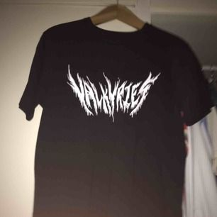 """Svart t-shirt med vit text """"valkyries"""""""