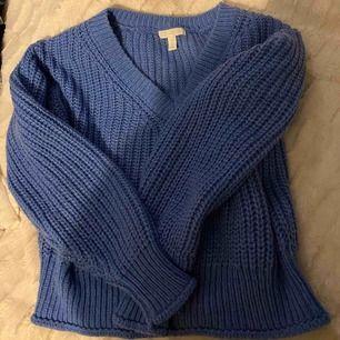 En super fin v ringad blå stickad tröja ifrån h&m