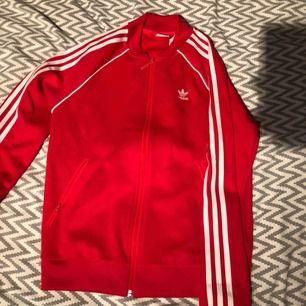 Adidas tröja, i storlek s, använd 2-3 gånger den är som ny.  250 kr + frakt