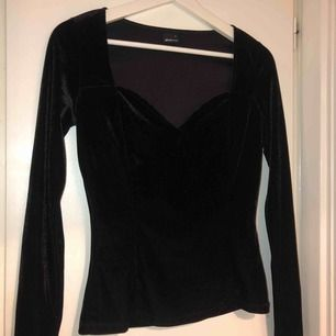 Svart velour tröja i storlek S från Gina tricot, endast använd 1 gång.