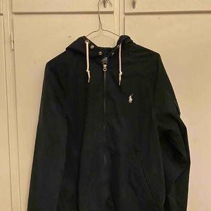 Säljer denna jackan från Ralph lauren som är köpt här på Plick vet inte ifall det är äkta men den jag köpte jackan ifrån skrev att det var äkta:)