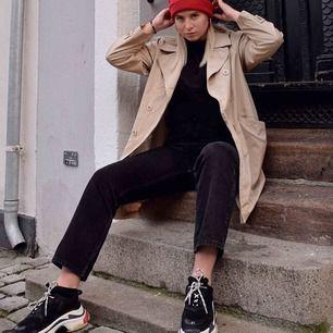"""Supersnygga högmidjade jeans från Weekday i modellen """"Row."""" Tyvärr för stora för mig i midjan och då jag ej gillar skärp så vill jag sälja. Köpta i oktober och i väldigt bra skick. Jag är 180cm. Möts upp i Lund/Malmö eller frakt mot kostnad."""