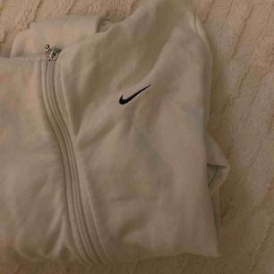 Riktigt snygg Nike tröja i storlek M men är liten i storleken:)