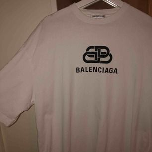 Knappt använd balenciaga tröja som är köpt på Nk i stockholm, kvitto finns!!