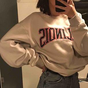Super snygg och trendiga hoodie                        Budet ligger på 175 just nu