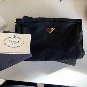 Superfin cosmetic pouch från Prada inköpt för 1800 hos the vintage bar. Kommer med original lådan, äkthetskort samt intyg från the vintage bar ✨ Fler bilder kan skickas vid intresse! Den är som ny!