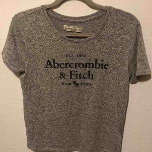 En fin och skön tröja för abercrombie & fitch. Storlien är M men kan också passa en S. Du betalar frakt eller möts upp.
