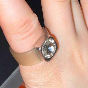 Ring med diamant jättefin och skön den passar på typ alla fingrar 💕
