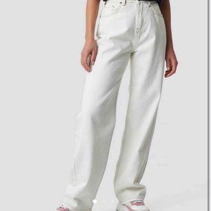 Sjukt snygga vita jeans med markerad söm!!! Inte använda alls mycket! Från NA-KD💖