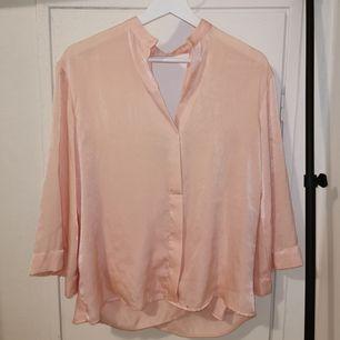 Silkesfin rosa blus med öppen rygg och trekvarts armar. Använd 1 gång.
