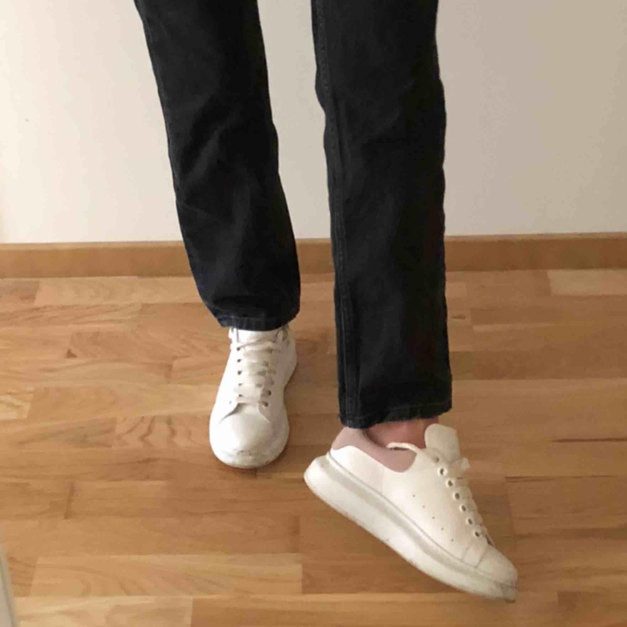 Svarta raka jeans från Zara som knappt kommit till användning! Jag är 168cm lång och har vanligtvis typ W24-25 så dom är normala i storlek! Möts upp i Stockholm och står inte för frakt :). Jeans & Byxor.