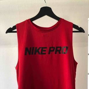 Ett rött Nike Pro linne i träningsmaterial✨ Jättefint skick, inga defekter, använt 1-2 gånger. Passar S-M. Kan skicka fler bilder vid förfrågan! Frakt tillkommer