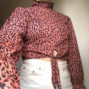 leopardmönstrad topp från prettylittlething! frakt 46kr
