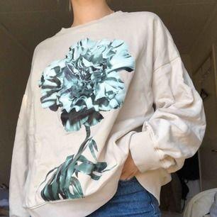 beige sweatshirt från weekday! frakt 65kr