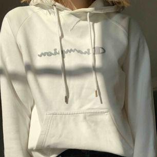 Jättefin hoodie från Champion!! Den är storlek M men jag är en S och den passar mig. Kan mötas upp i Stockholm eller så står köparen för frakt☺️💙