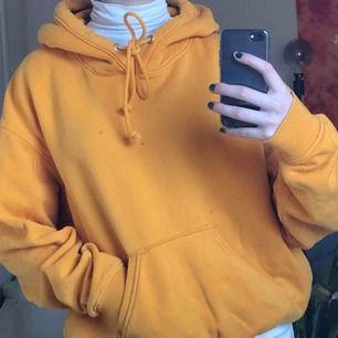 gul hoodie från weekday! lite nopprig men märks knappt🤠🤝✨ frakt 65kr