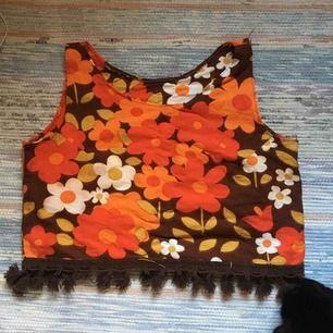 Underbart blommigt linne med fransar längst ned! Köpt på plick men säljes pga insett att jag aldrig kommer bli bekväm i linnen. Troligtvis hemmagjort då det saknar lapp. Finfint skick! Vid frakt står köparen för kostnaden 💌