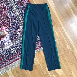 Gröna kostymbyxor från MONKI 💚 köparen står för frakten!