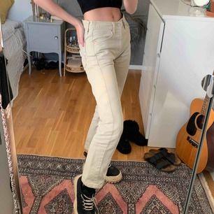 Supersnygga vintage Levis jeans! Toppenskick. Hittar ej storlek men jag brukar normalt ha W25 och L32, dessa har dock varit en aning stora i midjan så kan även passa W26! Frakt tillkommer, kan också mötas upp i Stockholm!<3