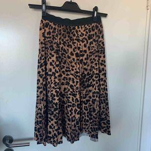 Midi-kjol från Boohoo     Möts upp i Nacka/Stockholm annars står köparen för frakt:)