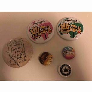 PINS! Säljer nu flera pins i olika storlekar från olika ställen. Mindre repor på några, fast inget som stör! Liten = 9kr + frakt Stor = 15kr + frakt. Skriv gärna vid frågor <3 ✨✨