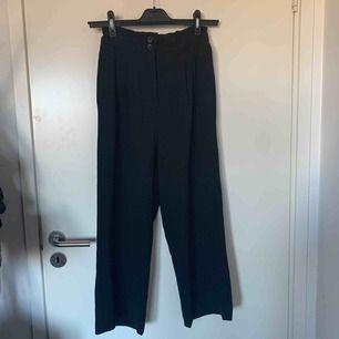Högmidjade utsvängda kostymbyxor, använda en gång endast. Inga defekter eller dylikt    Möts upp i Nacka/Stockholm annars står köparen för frakt:)