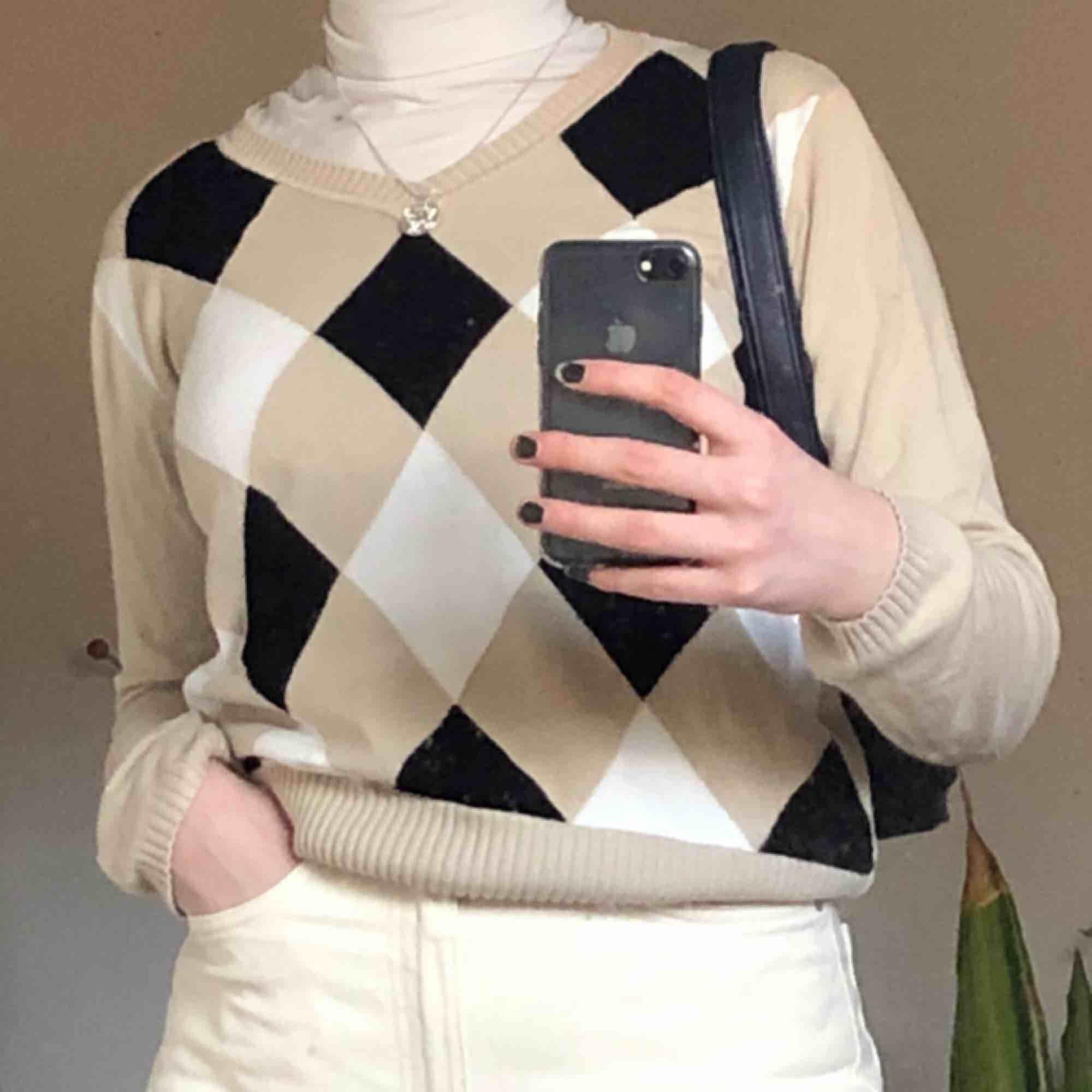 såsåså fin tröja! köpt secondhand så i ganska använt skick, men fortfarande fin! frakt 65kr!. Stickat.