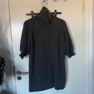 Brun stickad lång  tröja/klänning med puffiga armar från zara. Använd en gång    Möts upp i Nacka/Stockholm annars står köparen för frakt:)