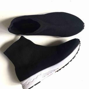 Sparsamt använda sock runners från Steve Madden! Mycket bra skick! Nypris ca 1500kr köpta i LA.   Skriv gärna vid frågor👟