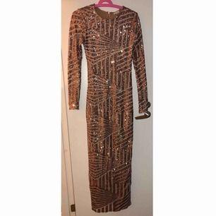 Jätte fin klänning som bara hänger i garderoben och aldrig blir använd, finns inget att anmärka på klänningen. Kan skickas men köparen står för frakten och jag tar ej ansvar för postens slarv! Betalas via swish.