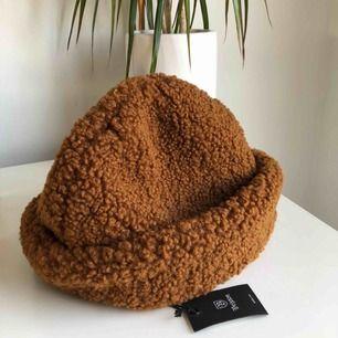 Cool Brixton mössa i Teddy tyg! Helt oanvänd! Köpt för 499 men säljer för 150 + frakt :)