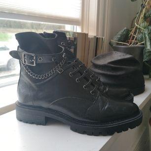 Världens coolaste boots från Bershka! Endast använda ett fåtal gånger, skitsnygga men kommer inte till användning här. Storlek 38. Kan mötas i Kalmar annars står köparen för frakt