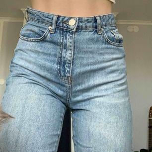 Jättefina mom jeans från Gina tricot! Sitter perfekt i midjan och behöva inget skärp eftersom jag har sytt in den. Byxorna är nytvättade på bilderna och jag tror de töjer sig lite till😉 kan mötas upp i Stockholm eller så står köparen för frakt🧡