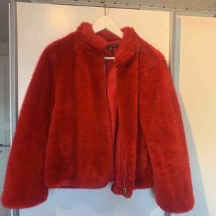 Röd pälsjacka från zara i nyskick