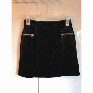 Svart kjol i velour från H&M, använd en gång. Strl. XS men mer som en S